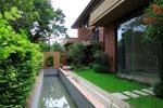 后院花园全景图,采用直线条的营造的空间更加具有强烈的视觉效果。