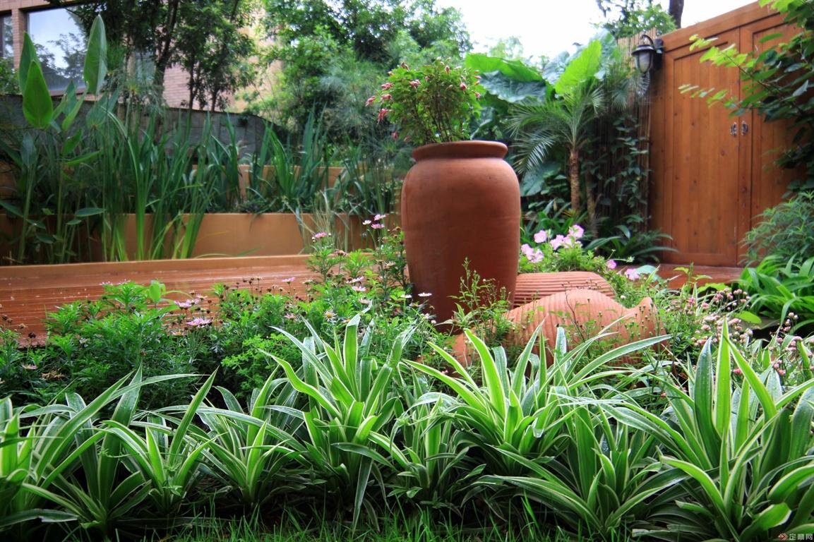 陶罐装点的花园空间,虽然传统,但是温馨依旧。