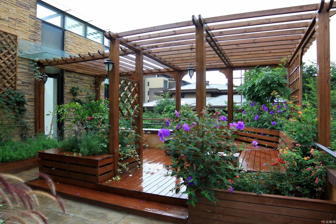 木质廊架空间具有很好的空间分割作用,也是花园一景!