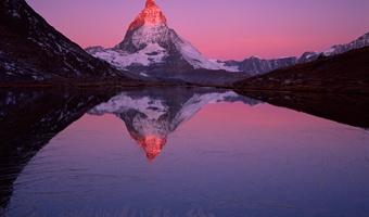马特霍恩峰屹立在瑞士采尔马特市附近的里匪尔湖畔,旭日阳光照射下红光四射。