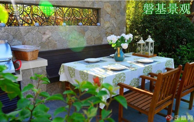 洛阳别墅庭院景观设计理念:透过墙上古典的木窗棱,在餐桌上投下美丽的树叶形状。这里还布置了水池、操作台 和烧烤架,顶上木制的廊架,一旁种了两棵紫藤,春天的时候,无论朋友聚会或家人聚餐,便有带着清香的紫藤花 悬垂下来。 正对着屋子客厅的廊架则是男人的活动区,直线条的设计比较符合男人坚强刚硬的个性。廊架上选择了非常大胆的 橙色纱蔓,热情而浪漫。和屋内典雅而深沉的深宝蓝色系形成强烈的对比。廊架的位置基本是院子的最中心,地势 也最高。坐在这里,院子的每个区域都一览无余。呵护着一家老小正是男人的责任 蔬菜种植区是特别