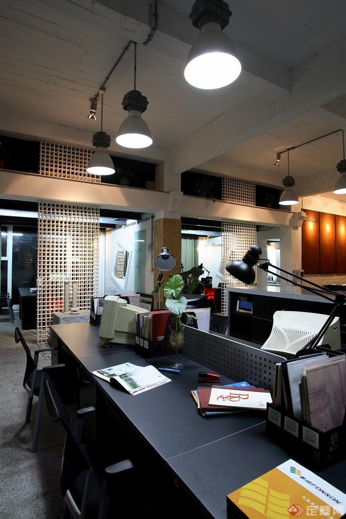 吊灯,办公桌,台灯,文件夹,隔断,办公室