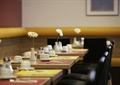 餐厅空间,餐桌,花瓶插花,餐具