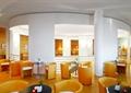 咖啡厅空间,椅子茶几,花瓶插花,楼梯