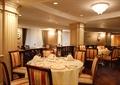 餐厅空间,圆形餐桌,隔墙,椅子,灯饰