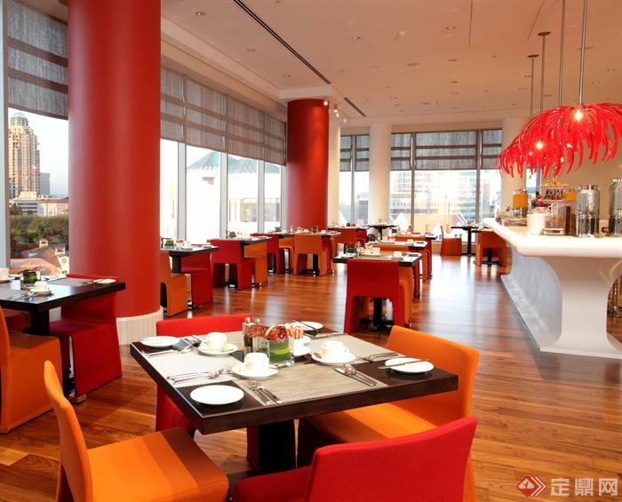 餐厅空间,方形餐桌,玻璃墙体,餐具,吊灯