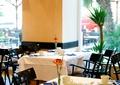 餐厅空间,方形餐桌,椅子,餐布,餐具,花瓶插花
