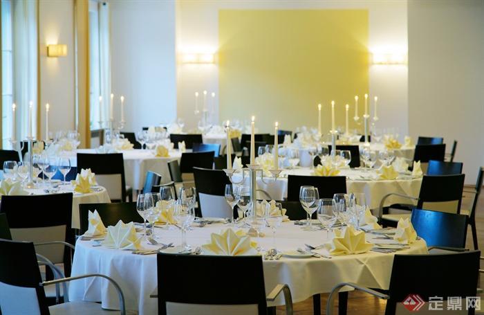 餐饮空间,圆形餐桌椅,餐具,蜡烛