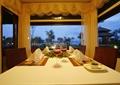 餐厅空间,餐桌椅,餐具,窗帘