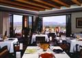 餐厅空间,方形餐桌,椅子,餐具