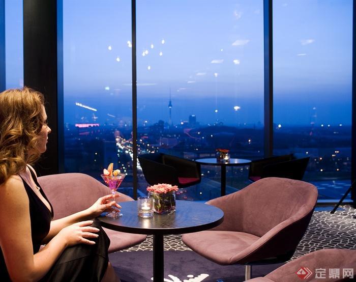 咖啡厅,圆形桌椅,沙发,玻璃窗,夜景
