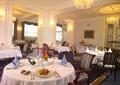 餐厅空间,圆形餐桌,餐具,椅子,吊灯