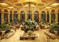 餐厅空间,装饰雕塑,水体,植物,餐桌,餐具,水晶吊灯