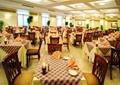 餐厅空间,方形餐桌,餐具,椅子,灯饰,桌布