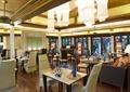 餐厅空间,方形餐桌,吊顶,沙发,抱枕,椅子,餐具,花瓶插花
