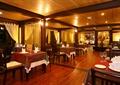 餐厅空间,方形餐桌,椅子,木地板,餐具,窗帘