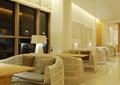 咖啡厅,桌椅,台灯,玻璃窗