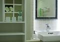 卫生间,洗漱台,洗手液,镜子,柜子,洗漱用品