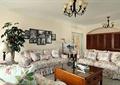 客厅,沙发组合,茶几,植物,摆件,背景墙,吊灯