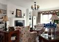 客厅,灯饰,电视柜,电视背景墙,沙发茶几,花瓶插花,地柜,摆件