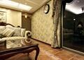 客廳,沙發,茶幾,窗簾,掛鐘,落地窗