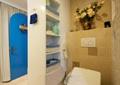 卫生间,马桶,洗衣液,插花摆件,置物篮,垃圾桶