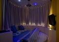 卧室,床,柜子,电视,窗帘布艺,灯饰,天花吊顶