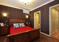 卧室,床,床头柜,灯饰,空调,门
