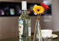 酒瓶,酒杯,花钵,菊花