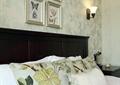 卧室,床,背景墙,灯饰