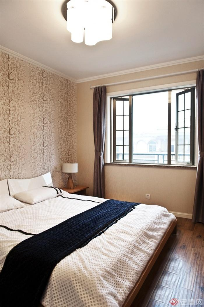 卧室,床,床头柜,台灯,窗户,背景墙