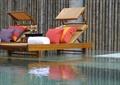 游泳池,躺椅,桌子,酒杯