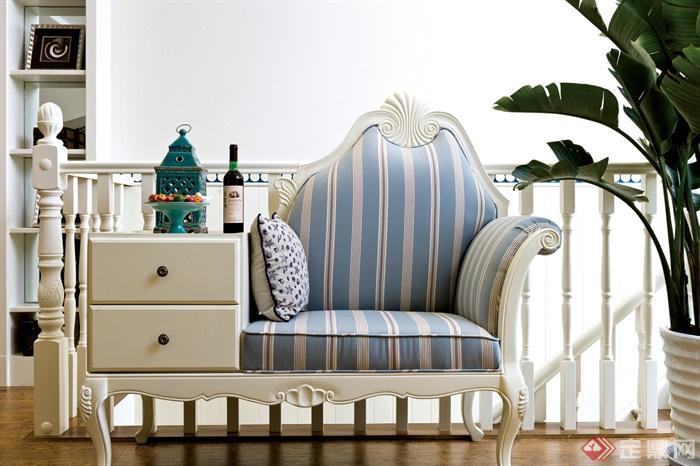 蓝白地中海复式住宅-沙发栏杆-设计师图库图片