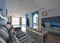 客厅,电视墙,电视柜,茶几,沙发,陈设,欧式门洞