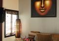 客廳,裝飾畫,沙發,茶幾,插花擺件,燈飾