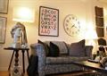 客廳,沙發,落地燈,掛鐘,陳設