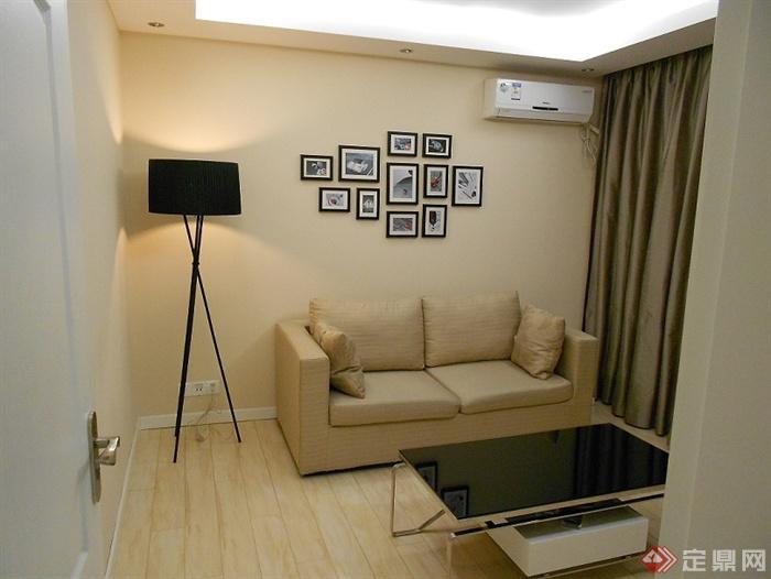 沙发背景墙装修效果图-客厅沙发茶几地灯相片背景墙