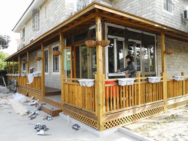 两层别墅建筑景观-木围栏屋顶建筑-设计师图库