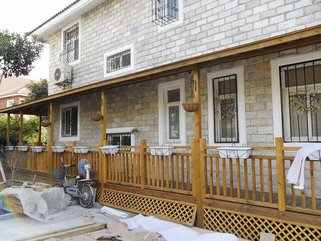 两层别墅建筑景观-木质围栏住宅建筑-设计师图库