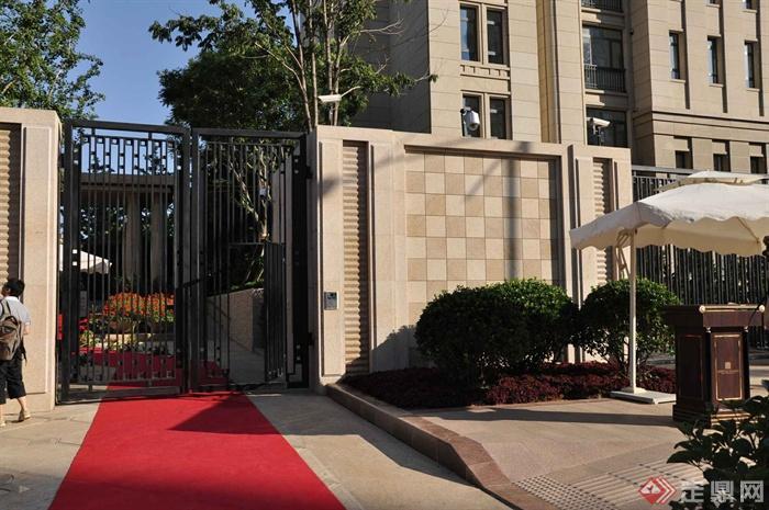 某两层别墅建筑设计图-入口门围墙植物-设计师图库