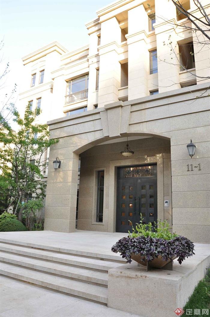 某两层别墅建筑设计图-入口门台阶花钵植物-设计师