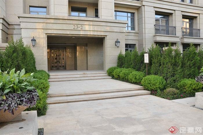 某两层别墅建筑设计图-入口门台阶植物壁灯-设计师