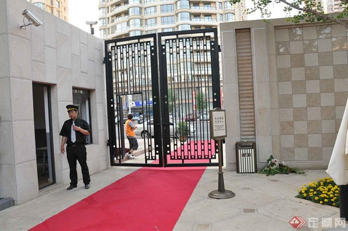某兩層別墅建筑設計圖-大門門衛室標示牌地面鋪裝-師
