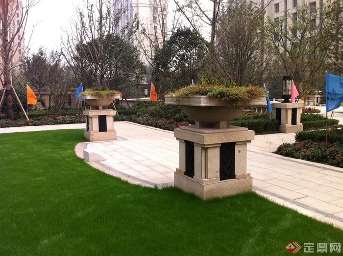 新古典风格小区景观实景图-花钵柱草坪铺装灯柱-设计