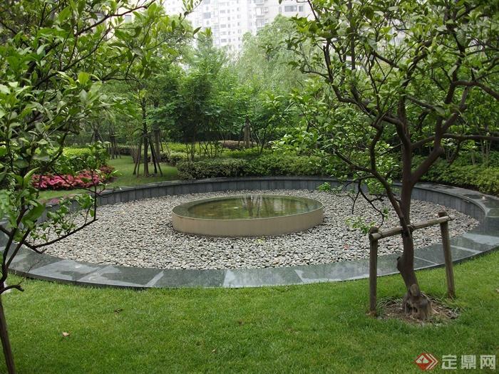 現代住宅景觀規劃設計圖-水池卵石鋪裝圓臺植物-設計