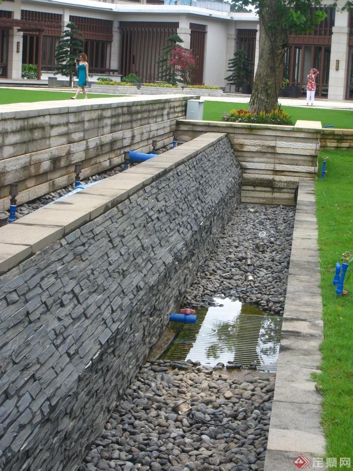 现代某多层别墅区景观规划设计图-墙体排水管植物卵石