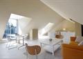 阁楼,沙发,茶几,椅子,玻璃墙,地面铺装