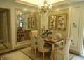 餐厅,餐桌椅,餐具,水晶吊灯,背景墙,花瓶插花,地毯