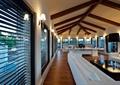 客厅,百叶窗,沙发,茶几,壁灯,木地板