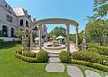 庭院景观,单边廊架,石块汀步,雕塑,草坪,灌木丛,喷泉水景
